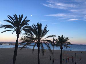 Barcelona Strand am Abend